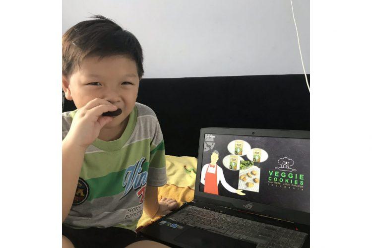 William Go saat menikmati Veggie Cookies /Ist
