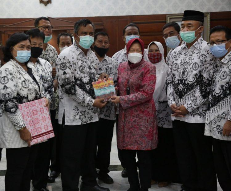PGRI saat memberikan Anugerah tokoh pendidikan Surabaya/ist