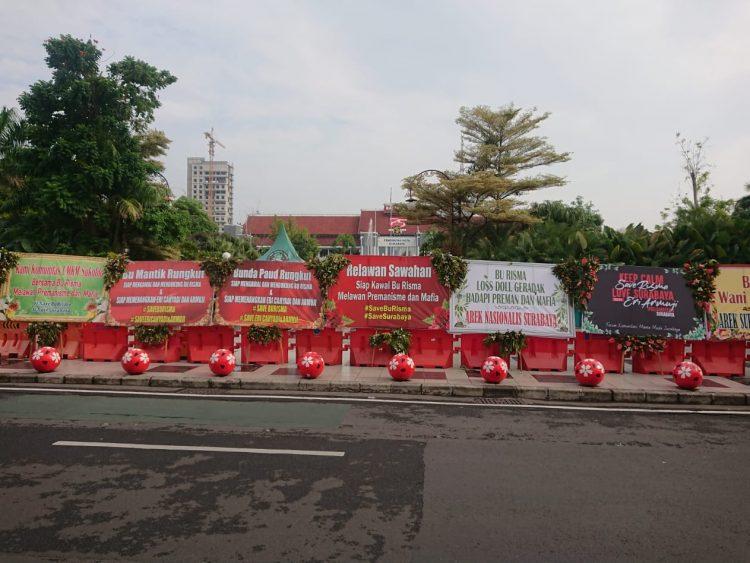 Jejeran karangan bunga yang membanjiri depan Balai Kota Surabaya/bicarasurabaya.com