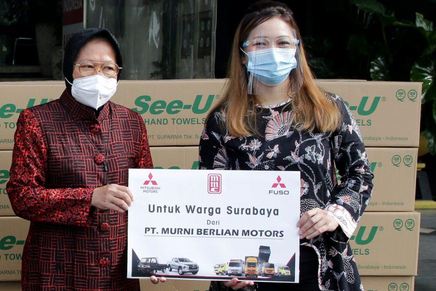 Penyerahan bantuan 1000 tisu di depan Balai Kota Surabaya/ist
