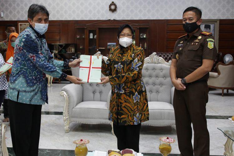 Wali Kota Surabaya Tri Rismaharini menerima penyerahan 29 sertifikat aset pemkot dari BPN I Surabaya /Ist