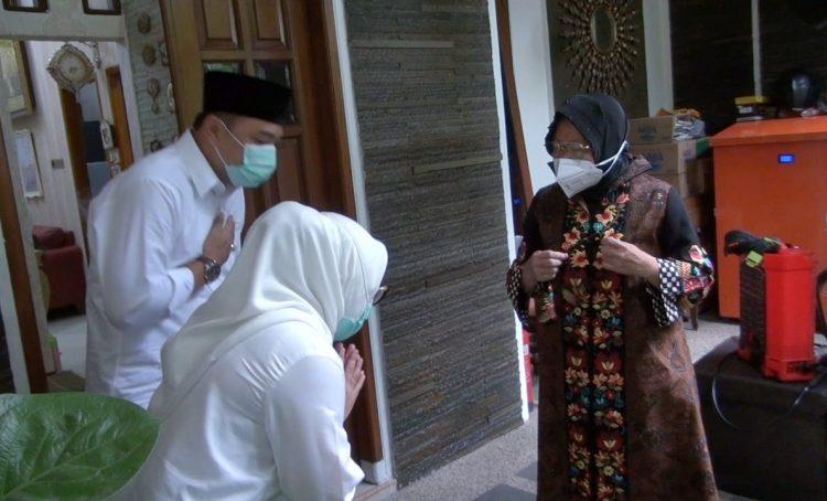 Wali Kota Risma saat dikunjungi Eri Cahyadi di rumahnya/bicarasurabaya.com