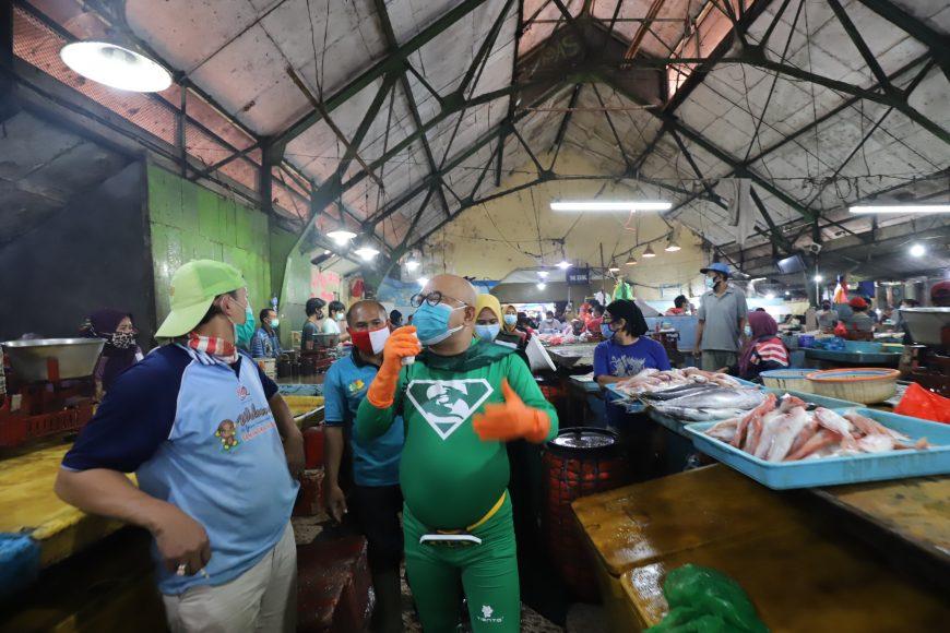 Ikon New Man saat keliling di Pasar Pabean/bicarasurabaya.com