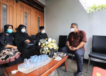 Plt Wali Kota Surabaya saat takziah ke rumah duka/ist