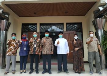 Kepala Perwakilan BKKBN Jatim, Sukaryo Teguh Santoso (batik tengah) saat melakukan kunjungan ke Kantor Kwarda Jatim pada Jum'at (15/1/2021).