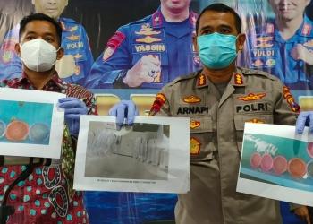 Dirpolairud Polda Jatim, Kombespol Arnapi (kanan) menunjukkan foto barang bukti benur yang berhasil diamankan dari kedua tersangka /Ist