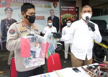Polisi menunjukkan barang bukti yang berhasil diamankan dari pelaku /Ist