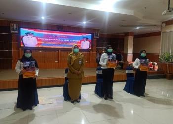 Sekretaris Dinas Kominfo Jatim, Aju Mustika Dewi, bersama CPNS Diskominfo Jatim