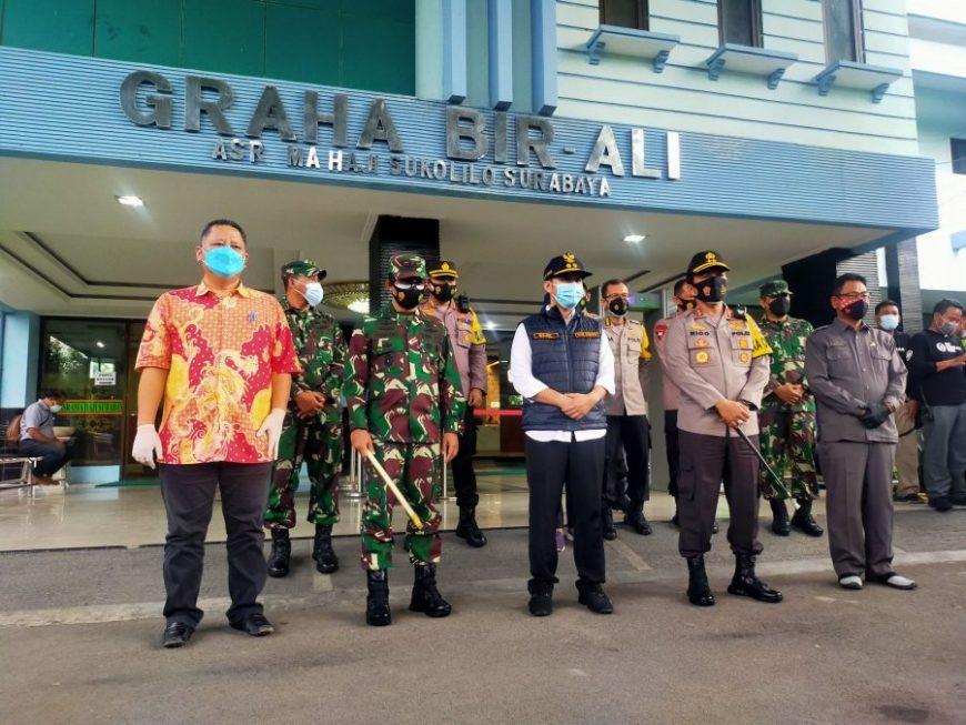 Fokopimda Jatim didampingi Plt Wali Kota Surabaya, Whisnu Sakti Buana (depan kiri) saat meninjau kompleks Asrama Haji Surabaya | foto: Bicara Surabaya