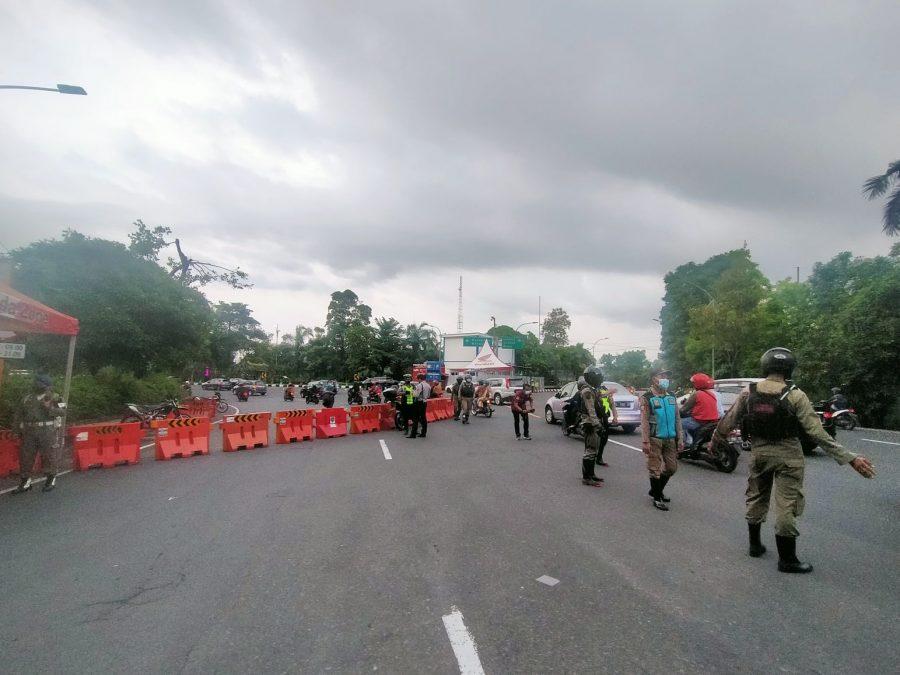 Ilustrasi, Petugas melakukan filterisasi dan penyekatan akses masuk menuju Kota Surabaya saat malam tahun baru, Kamis (31/12/2021) / dok. Bicara Surabaya