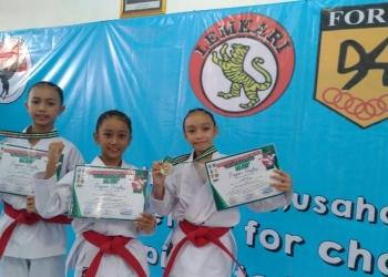 Ketiga pelajar Surabaya yang berhasil meraih trophy dalam Kejuaraan Karate Kata Visual Gubernur Jatim /Ist