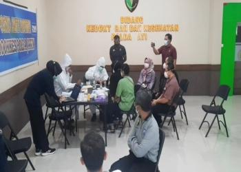 Proses pengambilan sampel DNA di Posko Ante Mortem DVI Polda Jatim /foto: Bicara Surabaya