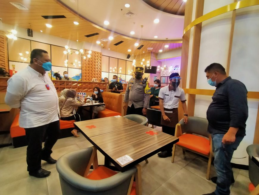 Forpimda Surabaya saat meninjau pelaksanaan PPKM hari pertama di Galaxy Mal, Senin (11/1/2021) /foto: Bicara Surabaya