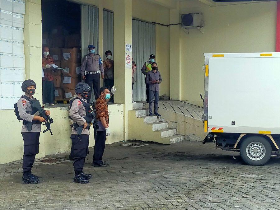 Petugas kepolisian terlihat mengawal setiap distribusi vaksin Covid-19 /Foto: Bicara Surabaya