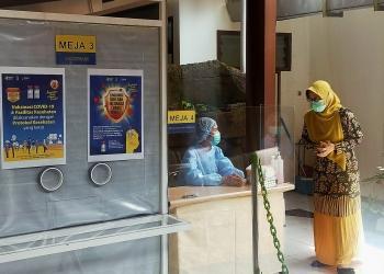 Tenaga kesehatan di Puskesmas Genteng Surabaya /foto: Bicara Surabaya