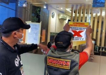 Petugas memberikan tanda silang pelanggar protokol kesehatan terhadap panti pijat tersebut /Ist