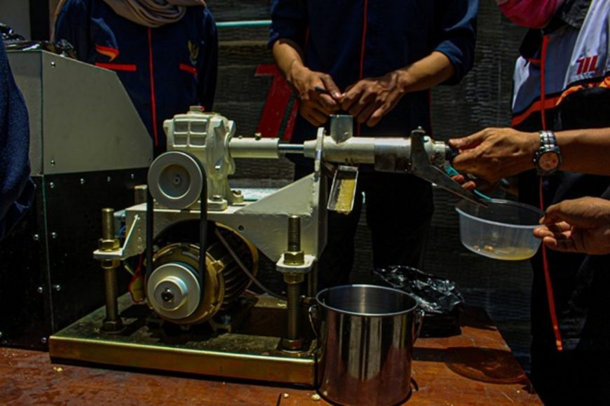 Pengujian alat pengolah biji kemiri jadi minyak kemiri/ist