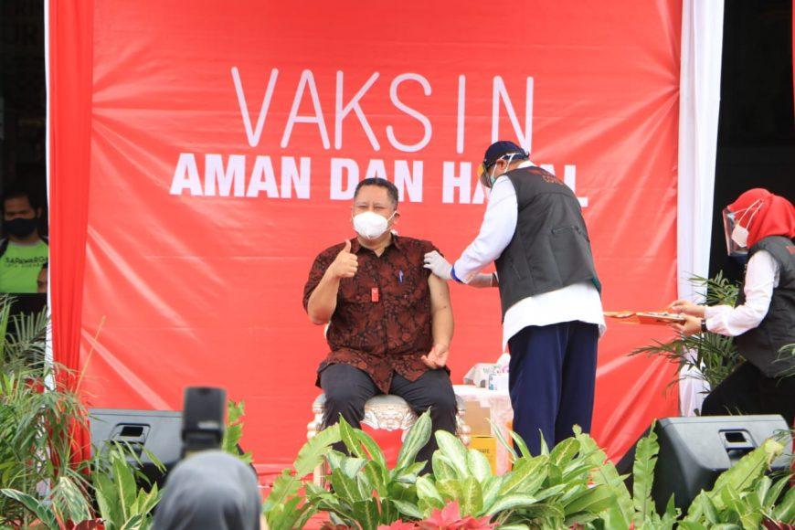 Plt Wali Kota Surabaya saat disuntik vaksin/ist