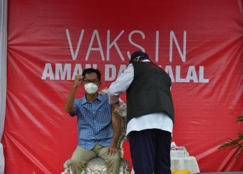 Ketua DPRD Surabaya saat disuntik vaksin di halaman Balai Kota Surabaya/ist