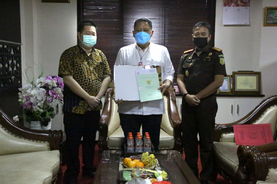 Kajari Surabaya, Anton Delianto (kanan) menyerahkan langsung aset brandgang berupa saluran kepada Plt Wali Kota Surabaya, Whisnu Sakti Buana /Ist