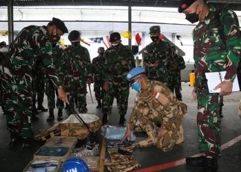Pangkoarmada II Laksda TNI I N.G. Sudihartawan saat melakukan pengecekan perlengkapan Satgas MTF TNI Konga /dok. Dispen Koarmada II