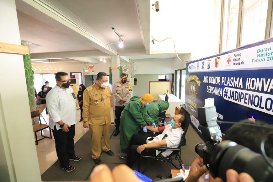 Direktur Operasi PT SIER Didik Prasetiyono bersama Plt Wali Kota Surabaya dan Kapolrestabes Surabaya memantau pelaksanaan screening donor plasma/ist