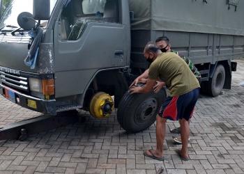Prajurit Yonif 1 Brigif 2 Mar Pasmar 2 saat melakukan perawatan kendaraan operasional /dok. Dispen Kormar