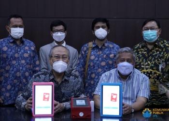 Foto bersama tim RSI Jemursari dengan tim ITS sambil menunjukkan perangkat i-nose c-19 /Ist