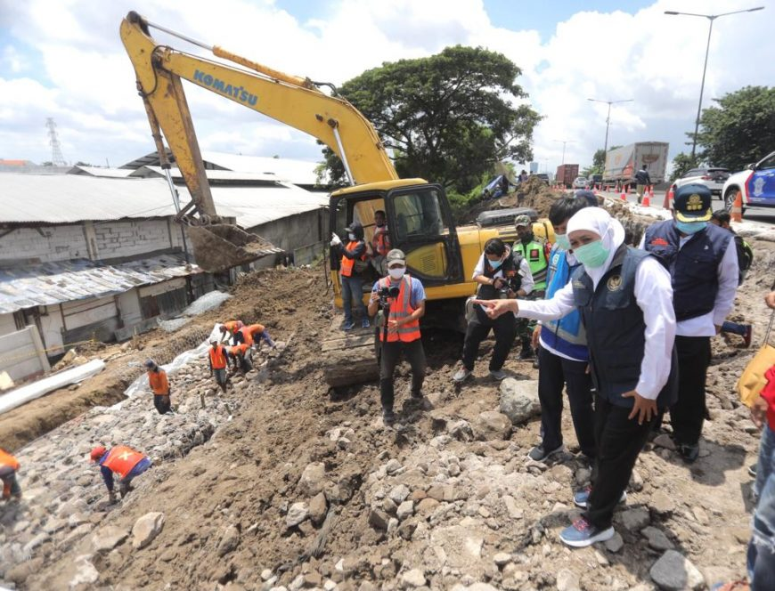 Khofifah saat memantau perbaikan jalan tol Surabaya-Gempol/ist