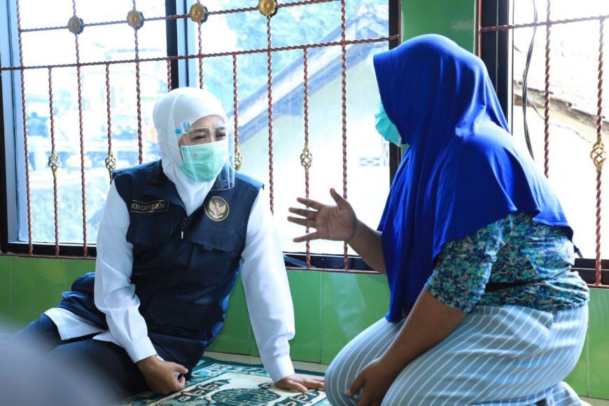 Gubernur Khofifah saat takziah di rumah duka keluarga korban banjir di Kabupaten Pasuruan, Jatim /Ist