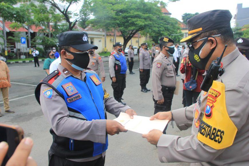 Kapolrestabes Surabaya, Kombes Pol Johnny Eddizon Isir di sela acara pemberian penghargaan /Ist