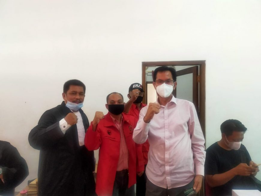 Ketua DPC PDIP bersama tim advokat PDIP Surabaya/ist