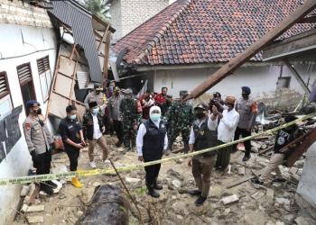 Gubernur Khofifah didampingi Bupati Pamekasan Baddrut Tamam saat meninjau lokasi longsor /Ist
