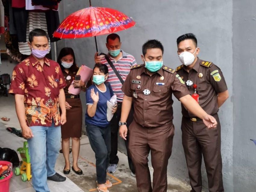 Yani Uti Puspita (kaos biru) saat ditangkap Tim Tabur Kejari Tanjung Perak /Ist