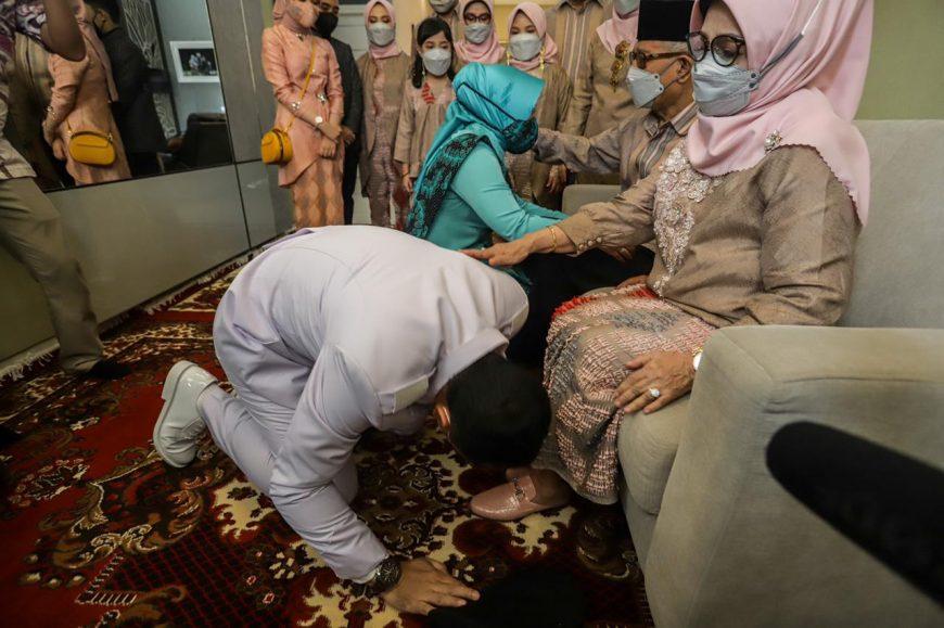 Wali Kota Surabaya terpilih Eri Cahyadi saat sungkem kepada ibundanya/ist