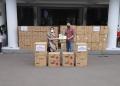 Mensos Risma menyerahkan bantuan kepada Wali Kota Surabaya, Eri Cahyadi /Ist