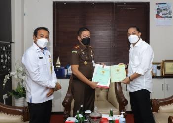 Wali Kota Surabaya Eri Cahyadi saat menerima aset brandgang/ist