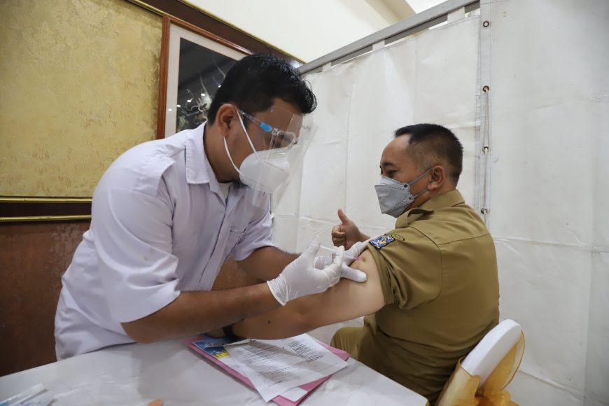Penyuntikan vaksin/bicarasurabaya.com