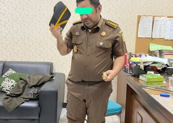 Abdussomad (38) jaksa gadungan saat diamankan Tim Kejari Surabaya / Ist