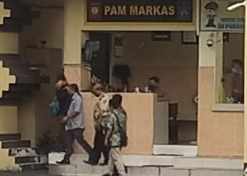 Terduga AF usai diperiksa di Mapolrestabes Surabaya /Ist