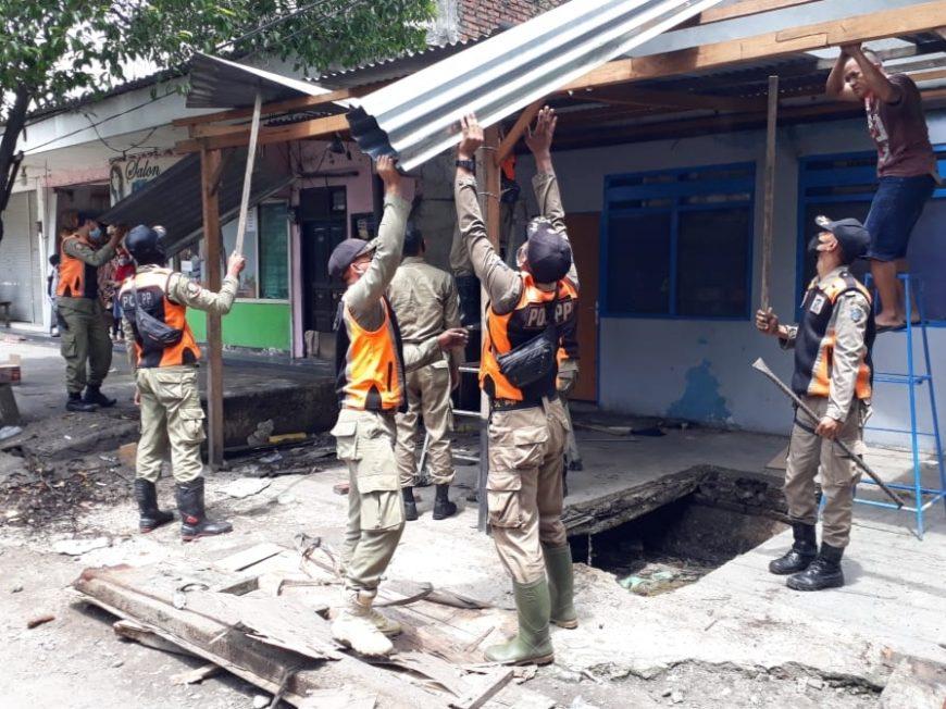 Satpol PP Surabaya melakukan pembongkaran bangli di Jalan Jetis Kulon Surabaya /Ist