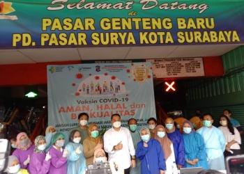 Wali Kota Eri Cahyadi saat meninjau vaksin di Pasar Genteng/bicarasurabaya.com