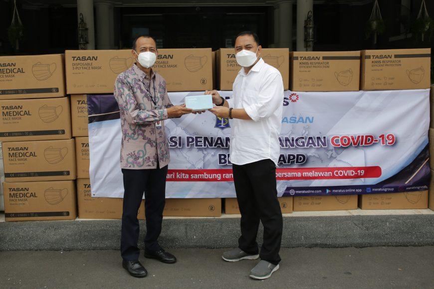 Wali Kota Surabaya saat menerima bantuan APD/ist