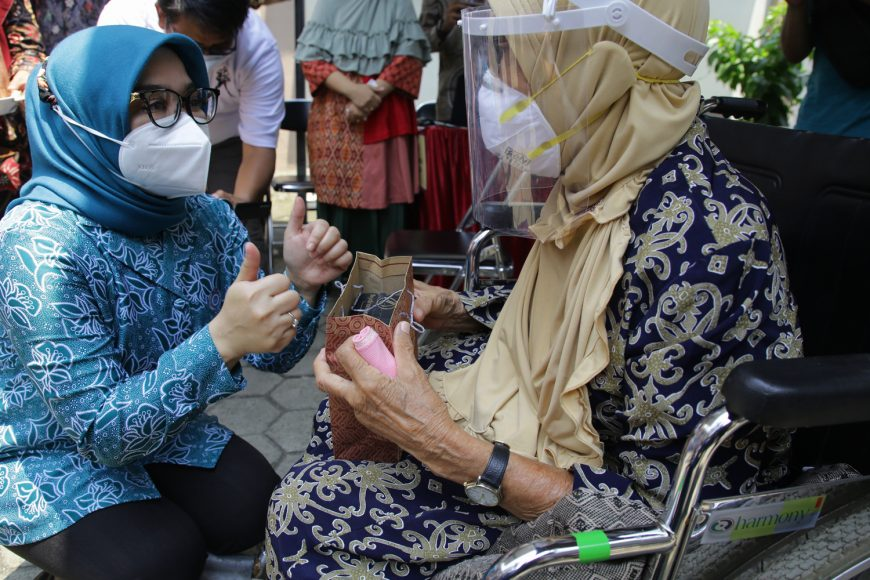 Rini Eri Cahyadi saat meninjau vaksinasi lansia di salah satu puskesmas/ist