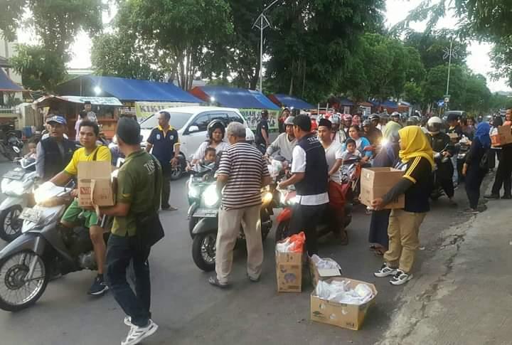 Ilustrasi. Kegiatan bagi takjil di Surabaya sebelum pandemi Covid-19 /Ist