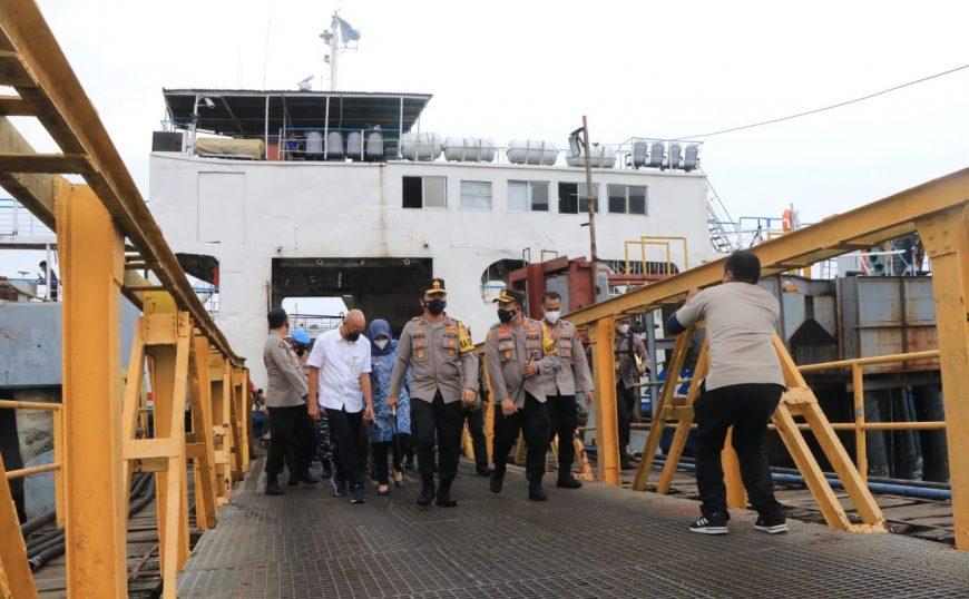 Kapolda Jatim, Irjen Pol Nico Afinta (tengah depan) saat meninjau Pelabuhan ASDP Ketapang Banyuwangi, Jum'at (9/4/2021) /istimewa