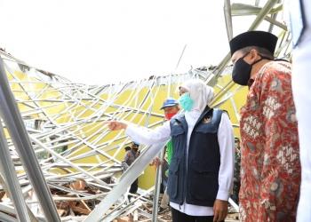 Gubernur Khofifah meninjau lokasi bencana /Ist