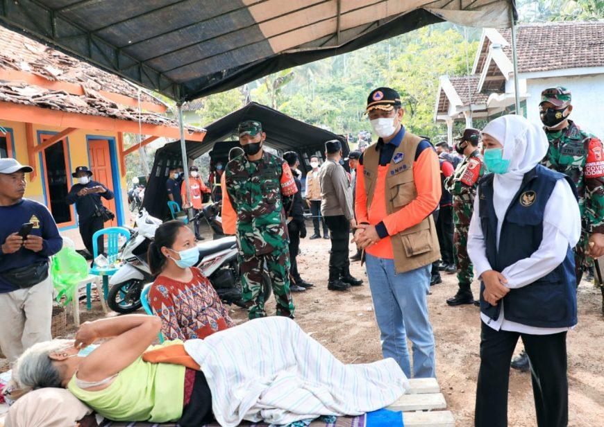 Gubernur Khofifah saat mendampingi Kepala BNPB Doni Monardo melakukan kunjungan di Kecamatan Ampel Gading, Kabupaten Malang.