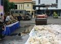 Pemusnahan barang bukti miras berlangsung di Halaman Mapolrestabes Surabaya /Bicara Surabaya