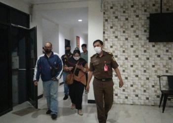 Aulia Fitriati (tengah depan) saat digelandang ke Kantor Kejari Surabaya /Ist